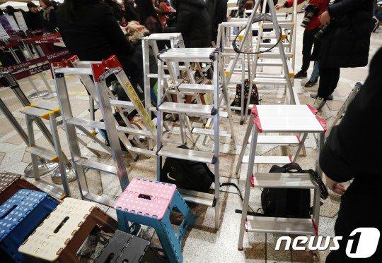 アイドル追っかけファンの脚立が並ぶ金浦空港